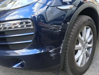 ポルシェ「カイエン」左フロントバンパーの角の傷 / 和歌山の板金塗装・自動車修理はプロモワカヤマ